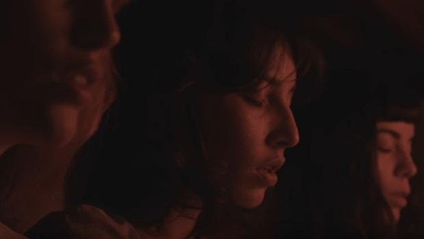 Revolta contra opressão machista é retratada em videoclipe de Falo, da Carne Doce