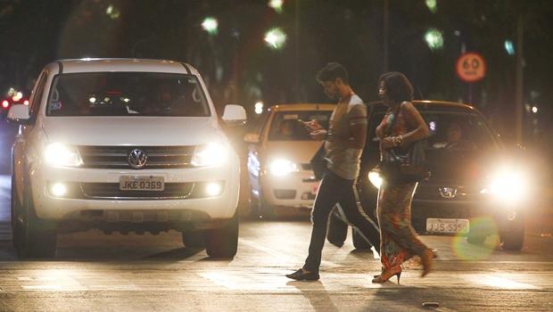Pedestre que andar pelo meio da rua ou atravessar fora da faixa poderá ser multado