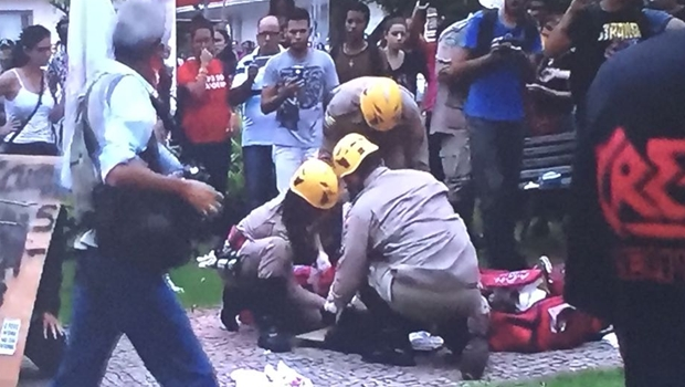 Jovem fica ferido em confronto durante protesto no Centro de Goiânia