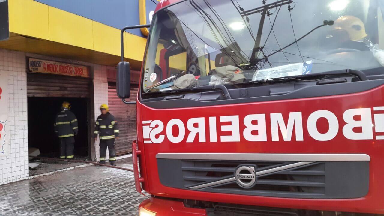 Carro pega fogo dentro de estacionamento de prédio em Goiânia