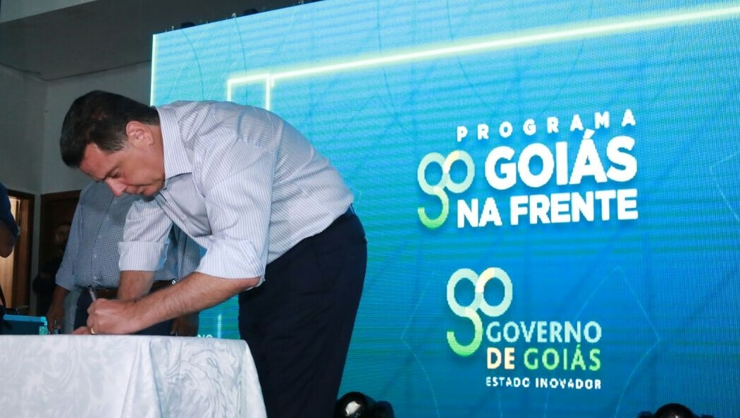 Marconi assina ordens de serviço para construção de moradias do Goiás na Frente
