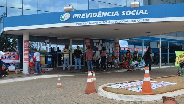 Presidente do INSS é exonerado por contrato suspeito de quase R$ 9 milhões