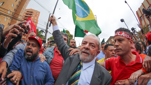 Com chegada em clima de campanha, Lula presta depoimento a Moro em Curitiba
