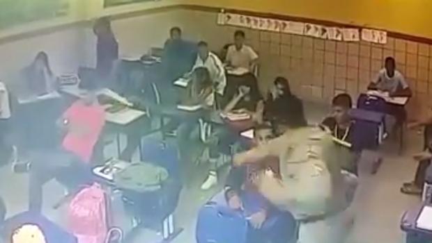 Vídeo que mostra agressão de policial a estudante em sala de aula gera revolta. Assista