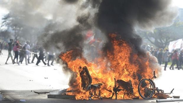 Grupo depreda ministérios, paradas de ônibus e orelhões em protesto em Brasília