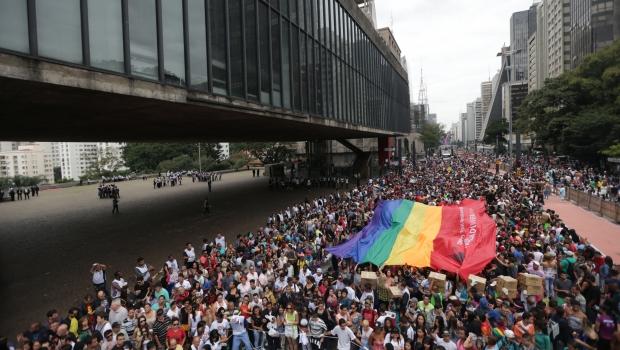 Parada do Orgulho LGBT lota Avenida Paulista e defende Estado laico