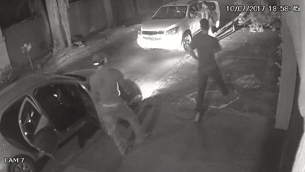 Vídeo mostra momento em que delegado é baleado durante assalto em Goiânia