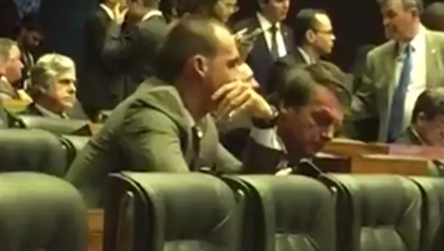 Bolsonaro dorme durante votação no plenário da Câmara