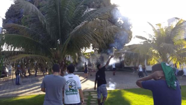 Torcedores invadem centro de treinamento do Goiás e agridem zagueiro