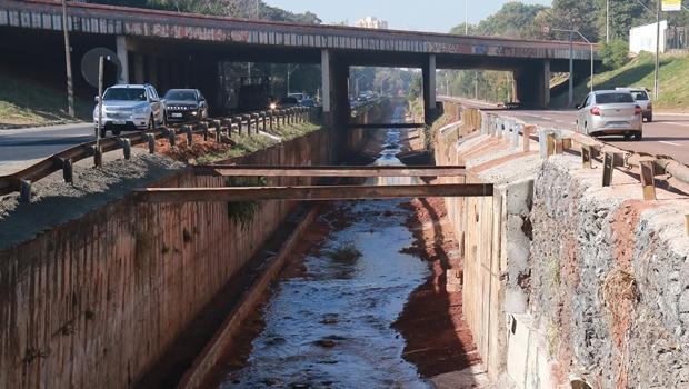 Com Marginal Botafogo em risco de erosão, Prefeitura proíbe tráfego de veículos grandes