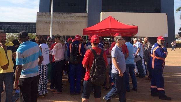 Servidores municipais realizam assembleia com indicativo de greve