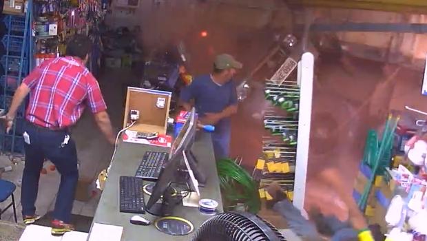 Vídeo: Caminhão desgovernado arrasta carro e invade loja em Rio Verde
