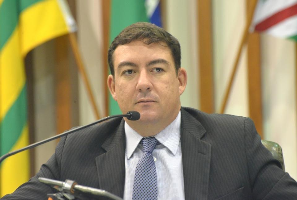 José Vitti corta ponto de deputados gazeteiros