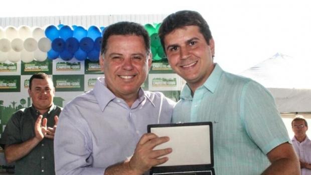 Marconi assina convênios para asfalto e rede de água em Campestre de Goiás
