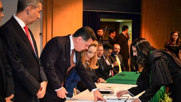 Defensora Pública-Geral de Goiás condecora Marconi com Medalha de Honra