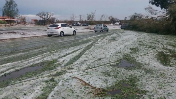Chuva de granizo deixa trecho da BR-060 coberto de gelo