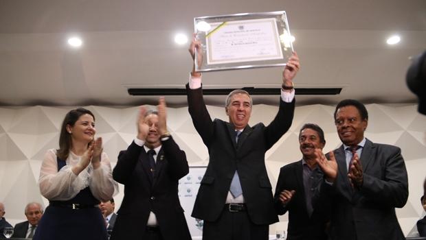 Zé Eliton recebe título de Cidadão Anapolino do prefeito Roberto Naves