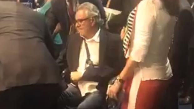 De cadeira de rodas, Caiado chega ao Senado para votar afastamento de Aécio