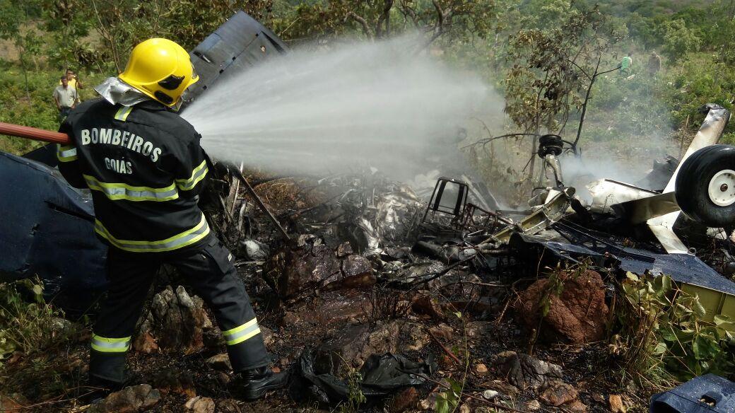 Avião com quatro ocupantes cai em Goiás
