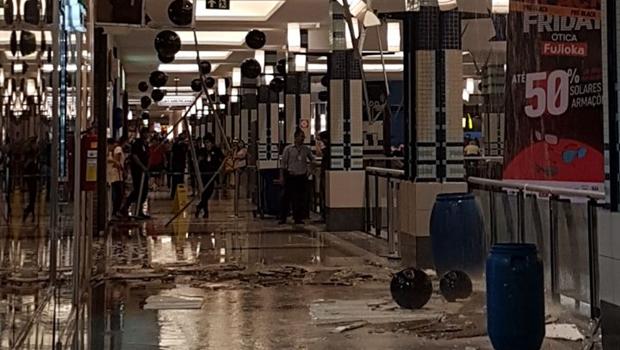 Parte do teto do Buriti Shopping desaba após forte chuva
