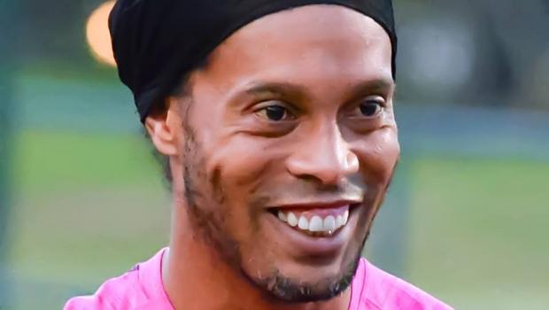 Ronaldinho Gaúcho vai se casar com duas mulheres, diz colunista