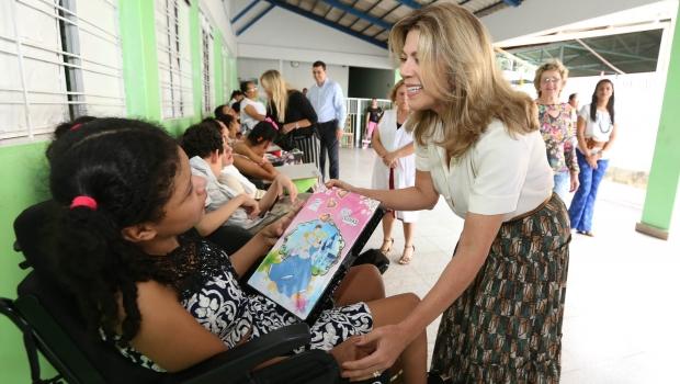 Valéria Perillo entrega brinquedos às crianças na ASCEP