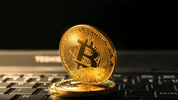 Supervalorização do bitcoin atrai olhares de interesse e desconfiança às moedas virtuais