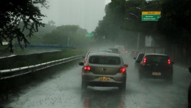 Domingo tem previsão de chuvas com trovoadas e descargas elétricas