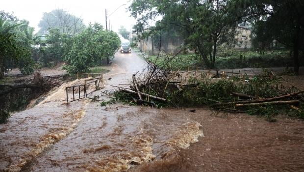 Chuva forte causa estragos na capital; setor Jaó foi um dos bairros mais atingidos