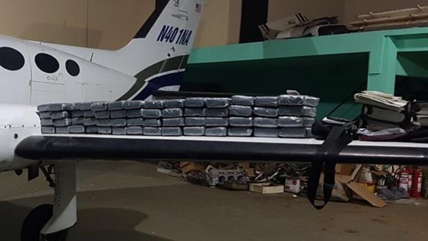 Estrangeiros são presos em Goiânia com 67 kg de cocaína em avião