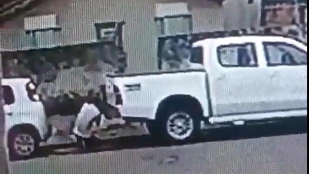 Vídeo mostra flagrante de ladrão roubando estepe de caminhonete em Goiânia