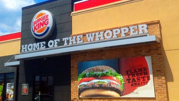 Cliente de rede de fast food é surpreendido com hambúrguer cheio de larvas. Veja vídeo