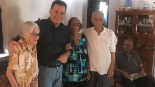 """Em Palmeiras, Marconi visita os tios Perillo e brinca: """"São 285 anos de vida reunidos"""""""