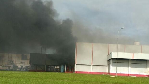 Corpo de Bombeiros combate incêndio em indústria de Rio Verde