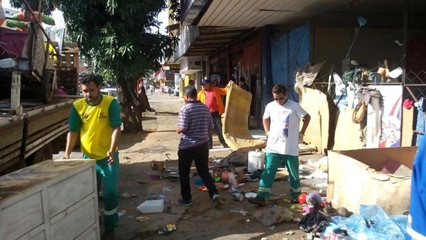 Morador de rua é preso por acumular lixo em calçada no Centro de Goiânia