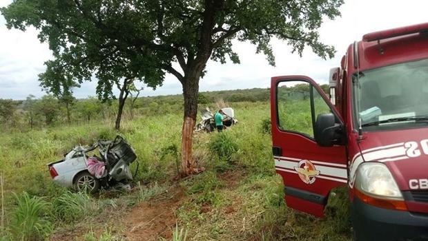Carro se parte ao meio e três morrem em acidente na BR-020