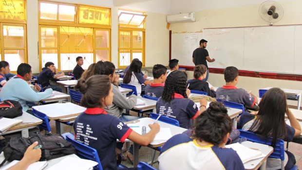 Caiado anuncia pagamento de R$150 de auxílio a estudantes da rede estadual