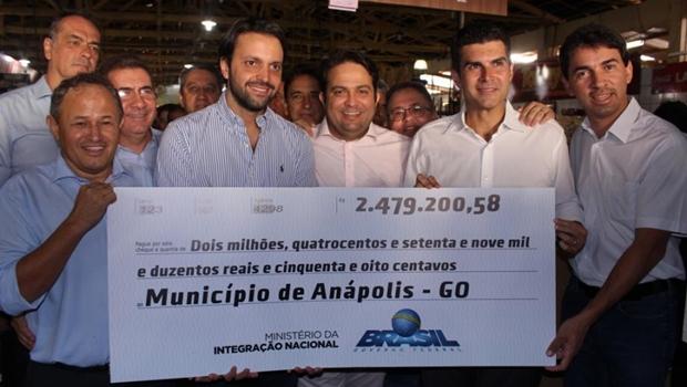 Prefeito e ministros anunciam reforma de mercado e recursos para Anápolis