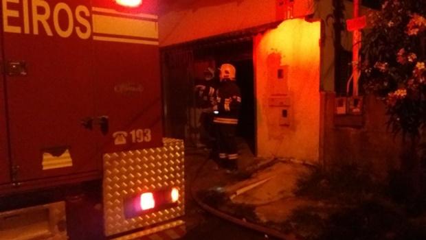 Ferro de caldeira ligado causa incêndio em confecção de roupas no Setor Finsocial