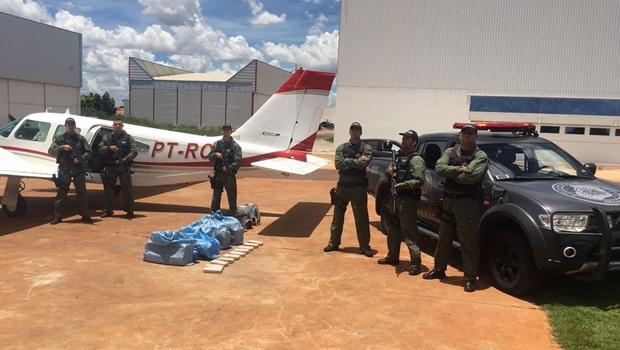PM apreende 150 kg de pasta base e aeronave que pousava em escola de aviação em Goiânia