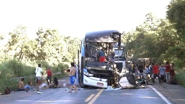 Acidente entre ônibus e carreta deixa pelo menos 6 mortos e 20 feridos na BR-020