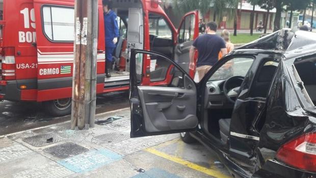 Duas crianças são levadas ao hospital após acidente de carro em Goiânia