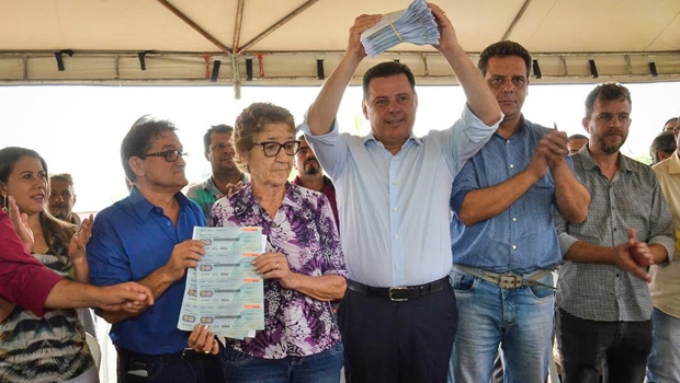 Marconi entrega duas parcelas do Goiás na Frente e 150 escrituras em Hidrolina