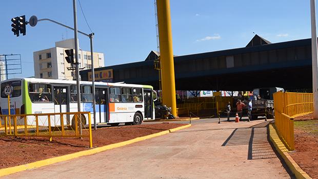 Mulher sofre acidente e tem pé esmagado por ônibus em terminal de Goiânia
