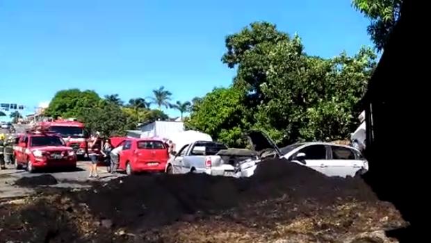 Caminhão desgovernado causa engavetamento em avenida de Goiânia. Veja vídeo