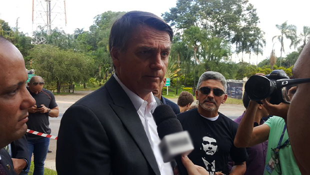 Imagem de Bolsonaro com criança em Goiânia viraliza e causa revolta