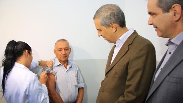 Governador abre campanha de vacinação contra H1N1 em Goiás