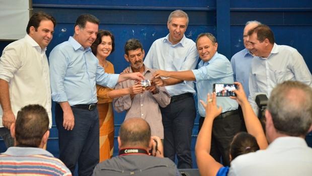 Em Anápolis, Marconi entrega novos cartões do Renda Cidadã e verbas do Goiás na Frente