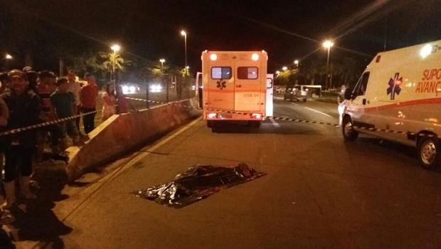 Mulher morre em Goiás após supostamente ter se jogado na frente de veículo
