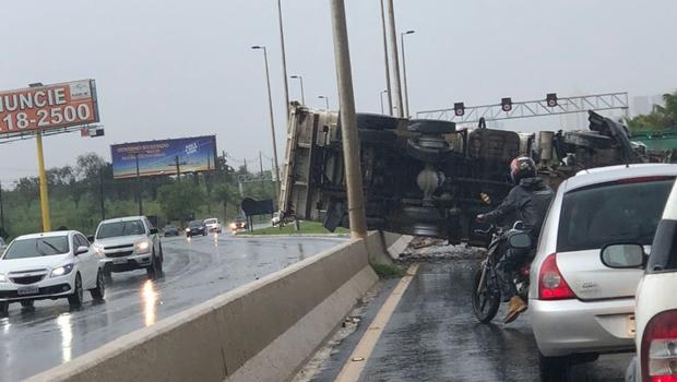 Acidente deixa caminhão tombado no meio na GO-020. Veja vídeo